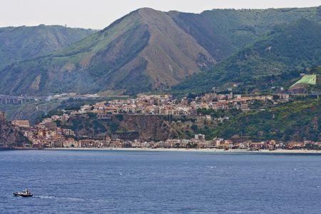 緑豊かな丘の中腹にある古い海岸沿いの町 写真素材 - 5574143
