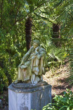 statue grecque: Une statue grecque antique dans un parc en Gr�ce