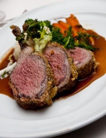 jus: Medium Rare Lamb Chops on a White Platter with Gravy and Vegetables Stockfoto