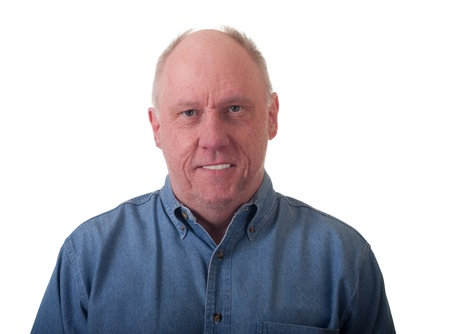 Een aardige vriendelijk ogende oudere man in een shirt blue denim