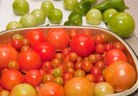 赤と緑の大きいとキッチン カウンターにチェリー トマト
