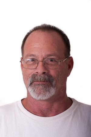 회색 수염과 안경을 쓴 더 나이 들었던 남자 스톡 콘텐츠