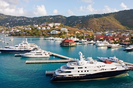Grote luxe jachten in een jachthaven op een Caribisch eiland