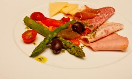 carnes y verduras: Una selecci�n de carnes y verduras en un plato blanco