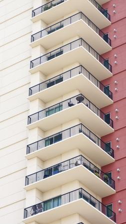 赤漆喰壁によってマンション バルコニーの列