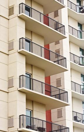 Balkons op een luxe condo gebouw met zwarte smeedijzeren hekwerk Stockfoto
