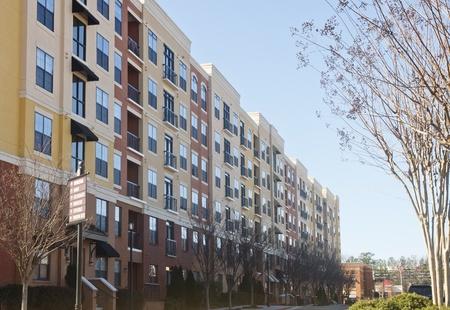 housing: Una fila de modernos condominios de color amarillo y marr�n en invierno