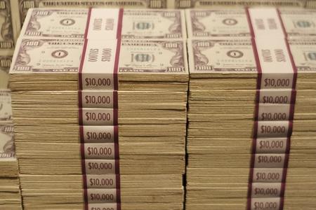 Stapels van honderd dollar biljetten Banded in Ten Thousand Dollar pakketten