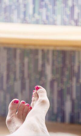 u�as pintadas: U�as de los pies pintadas de azul piscina de mosaicos