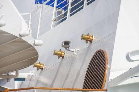 クルーズ船の白のバルクヘッドに磨かれた真鍮の金具 写真素材