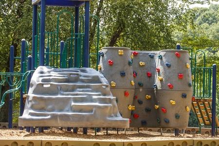 Jeux pour les enfants avec un petit mur d'escalade Banque d'images - 14982917