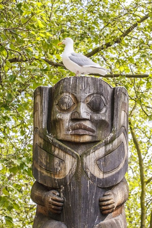 A carved wooden totem in a park in Seattle Imagens