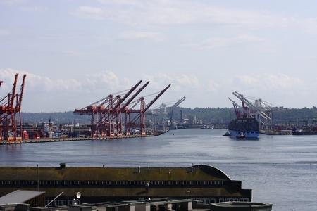 Een grote vracht reder in de haven van Seattle Stockfoto