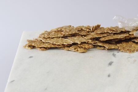 대리석 슬래브에 사탕 가게에서 취성 신선한 만든 된 땅콩 스톡 콘텐츠