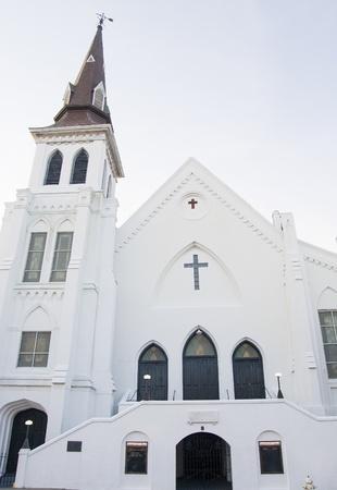 church steeple: Un classico vecchia chiesa intonaco bianco con campanile e finestre ad arco