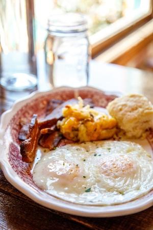 ベーコン、ポテト、ビスケットと目玉焼きの朝食