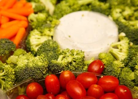 ディップと新鮮な野菜のトレイ