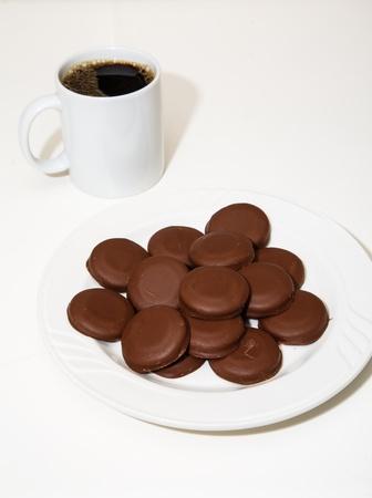 コーヒーの白いマグカップと覆われて残酷 · ミント · クッキーの白いプレート