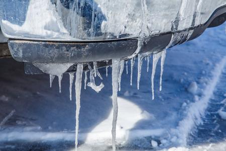 雪後車のバンパーから氷柱