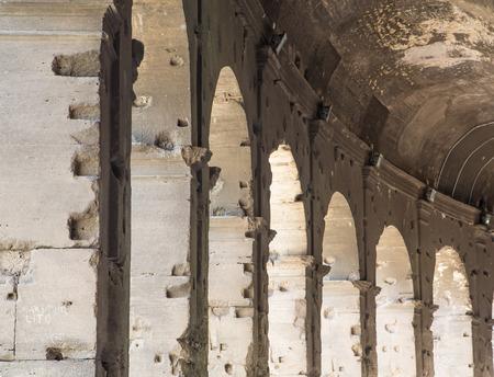 p�rim�tre: Arches course autour du p�rim�tre de l'ancien Colis�e Banque d'images
