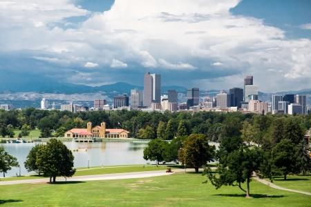 Skyline van Denver, Colorado Beyond een Green Park