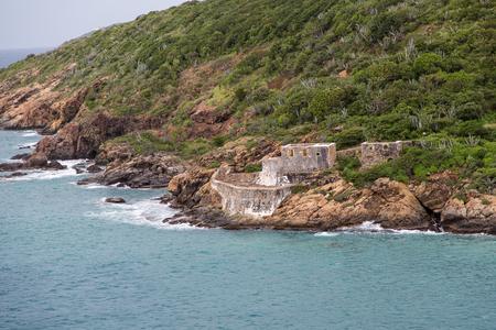 weather beaten: Un vecchio, tempo battuto edificio in pietra su una costa verde Archivio Fotografico