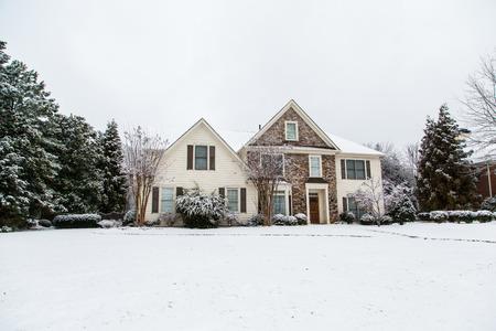 Een mooi huis na een sneeuwstorm Stockfoto
