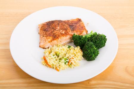 Gebakken zalmfilet met gestoomde broccoli en Rice Pilaf