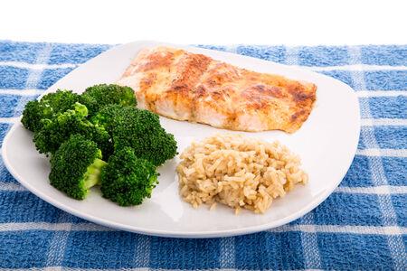 Gebakken zalmfilet met gestoomde broccoli en bruine rijst
