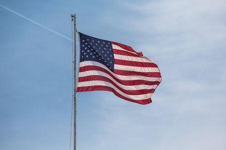 jet stream: Una bandera estadounidense ondeando en el viento con el cielo agradable y corriente en chorro en el fondo