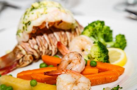 gourmet dinner: Cena Gourmet de cola de langosta, camarones y br�coli