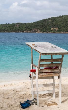 古い木製ライフガード ビーチ青い水の上に立つ