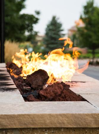 Een buitenhaard branden in de schemering Stockfoto