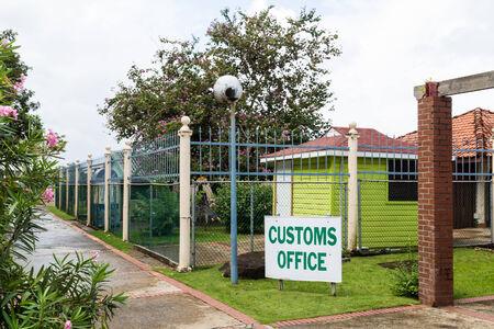 Small Green Customs Office in Tropics Фото со стока - 33150951