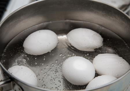 huevo blanco: Seis huevos de ebullici�n en una cacerola