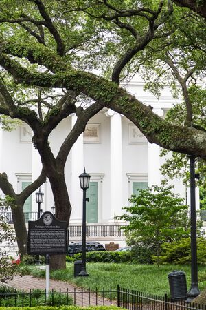 revolutionary war: A large, white antebellum home behind a park in Savannah, Georgia with a Revolutionary War memorial Stock Photo