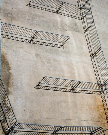 Vallas de seguridad en una carretera de concreto sin gente Foto de archivo - 35558028
