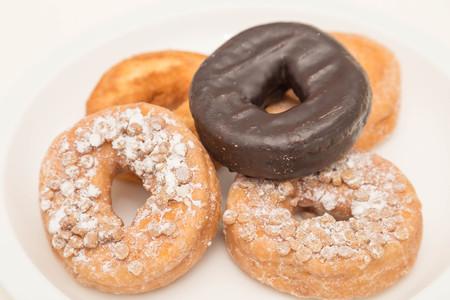 白いプレートにおいしい、新鮮なドーナツの選択 写真素材