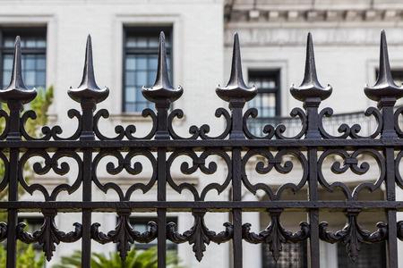 �spiked: Verja ornamental Hierro viejo con las tapas pinchos en frente del edificio de piedra