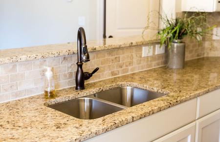 Moderne lege keuken met granieten aanrecht