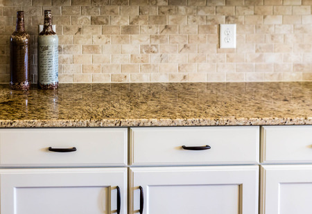 Modern empty kitchen with granite countertops Banque d'images