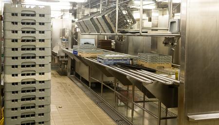 Equipos lavavajillas de acero inoxidable moderna en una cocina comercial Foto de archivo - 41247033