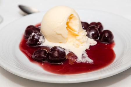 체리 축제의 그릇 바닐라 아이스크림의 국자를 돌파 스톡 콘텐츠