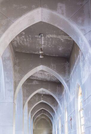 arcos de piedra: Luz que entra en vidrieras sobre arcos de piedra