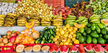 Topical markt met mango's, plantains en kokosnoten op Curacao