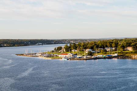 주택 및 시드니, 노바 스코샤, 캐나다의 해안을 따라 보트