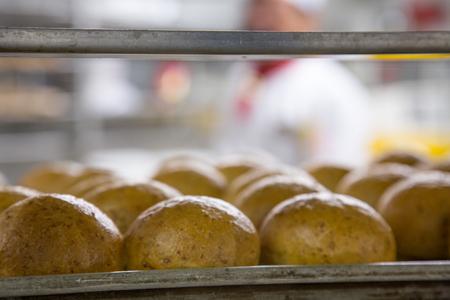 Pan fresco en bastidores de refrigeración en una cocina industrial Foto de archivo - 48058720