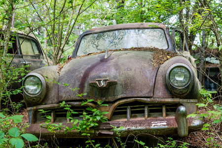 abandoned car: SOUTH BEND, INDIANA - May 11, 2015:   Studebaker was an American wagon and automobile manufacturer based in South Bend, Indiana. Founded in 1852 and incorporated in 1868 under the name of the Studebaker Brothers Manufacturing Company. Stock Photo