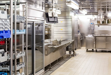Commercial kitchen dishwashing area 免版税图像 - 48937472