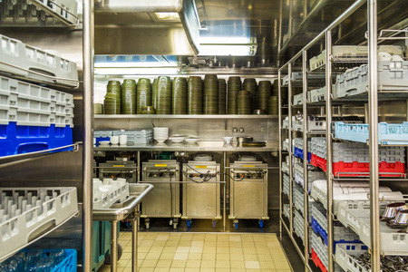 lavar platos: Área de lavavajillas cocina comercial